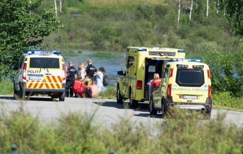 REDDET: Et barn ble reddet opp av elva ved Tippen. En voksen var savnet og ble funnet etter en intens redningsaksjon.