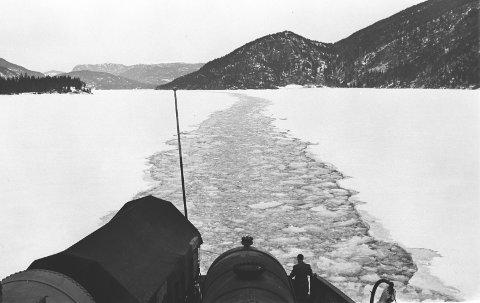 TUNGTVANN: Onsdag er det 75 år siden dampfergen «Hydro» ble senket på Tinnsjøen. Fotografiet er datert 1942 og er tatt av Anders B. Wilse under en tur mellom Mæl og Tinnoset  (Norsk Folkemuseum/Nasjonalbiblioteket).