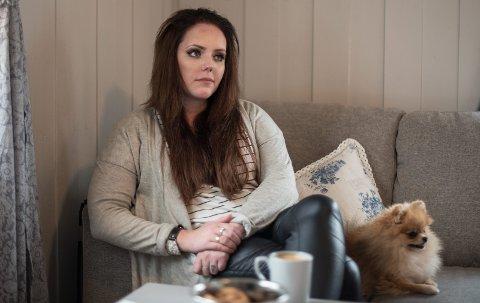 Får Erstatning: Legene oppdaget ikke hvorfor Charlotte Olsen Elli (24) hadde sterke magesmerter. Hvis de hadde oppdaget det tidligere, kunne stomien vært unngått.Nå får hun erstatning fordi verken utredning eller behandling var i tråd med god medisinsk praksis. Begge foto: Vidar Sandnes