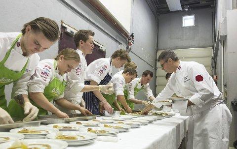 Nam Nam.: Eirik Tufte (til venstre), Skedsmokorset, og Christer Rødseth (nummer tre fra høyre), Aurskog, forbereder seg i disse dager til kokke-OL i Tyskland. Du kan følge forberedelsene. i dag og i morgen. Foto Bodil Skjørestad, NKL