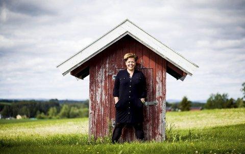 Ikke helt på jordet: Else Kåss Furuseth (36) er en travel kvinne. Men i dag kommer hun til Jessheim for å prate om hjemstedet sitt, forestillingen «Kondolerer», som hun har vært på veien med i fem år og annet som måtte dukke opp av temaer. Stedet er Kulturbanken Kreti & Pleti. Foto: Tom Gustavsen