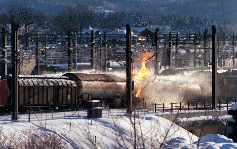 Lillestrøm. 20000405. Lillestrøm togstasjon. Brann i et godstog som fraktet propangass. I flere dager var deler av Lillestrøm og Rælingen evakuert på grunn av den store eksplosjonsfaren.  Foto:Daniel Sannum Lauten / SCANPIX