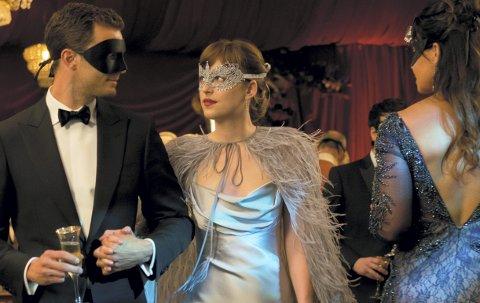 ANSIKTENE UTAD: Jamie Dornan og Dakota Johnson er ikke så heldige at de får bruke maske under hele «Fifty Shades Darker». FOTO:  UNITED INTERNATIONAL PICTURES