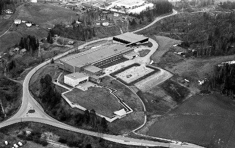 På Kjellerholen: Slik så bygningen som huset Tandberg Radiofabrikk ut da RBs fotograf fløy over industriområdet 30. april 1977.