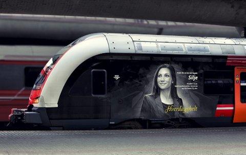 Silje i 200: Slik vil togsettet med Silje fra Jessheim bli seende ut når det blir foliert. Deretter skal hun suse i inntil 200 km/t på utsiden av toget rundt om på Østlandet. Det synes det administrative lederen hos Legal 24 Advokat bare blir stas. ILL.: NSB
