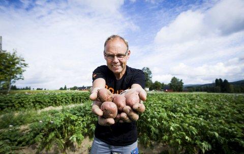 HÅPER PÅ BEDRING: Sigurd Enger er daglig leder i Akershus Bondelag og håper at søndagens regnvær kan bidra med å redde noen avlinger.