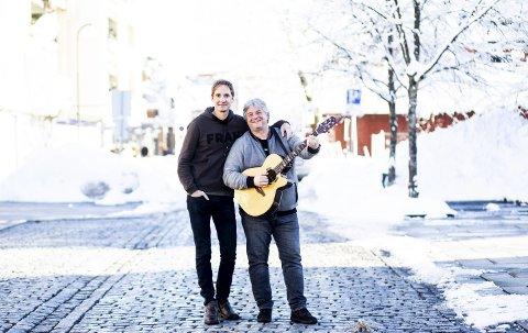Venter på sommer: Arne Hurlen (t.v.) og Postgirobygget er blant toppnavnene til Byfesten. Her med prosjektleder for festen, Robert Skrolsvik, som stiller med en aldeles ustemt gitar i det kalde været. Men bare vent ...Foto Lisbeth Lund Andresen