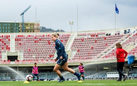 KVARTFINALE: Elise Thorsnes gjennomførte ei lett treningsøkt på Mini Estadi tysdag ettermiddag.