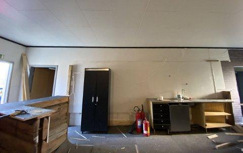 REVET: Disse bildene ble sendt inn til kommunen for å dokumentere at baren og himlingen inne i lokalet var blitt revet.