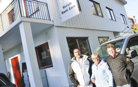 GRATIS: Ali Alosh og Pål Engemoen fra Røyken og Hurum Håndverk som stilte opp og malte Røde Kors huset gratis. Her sammen med daglig leder i Hurum Røde Kors Anne Hellstrøm.