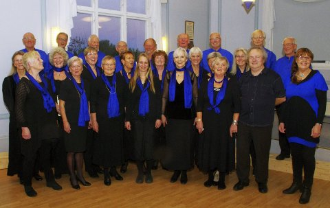 KORET OG MENTOREN: Røyken Vokalensemble er klare for stor felleskonsert med Mozarts Requiem i Budapest, takket være blant annet god hjelp fra Wolfgang Plagge. BEGGE FOTO: PER D. ZARING