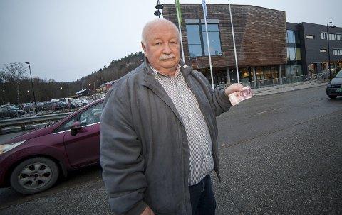 SMÅLIG: John Arntsen reagerer på at kommunestyrepolitikerne får gratis julemiddag, mens de frivillige må betale for sin. I år droppet han julemiddagen sist uke, ikke fordi han ikke har råd men på rent prinsipielt grunnlag.Foto: Henning Jønholdt