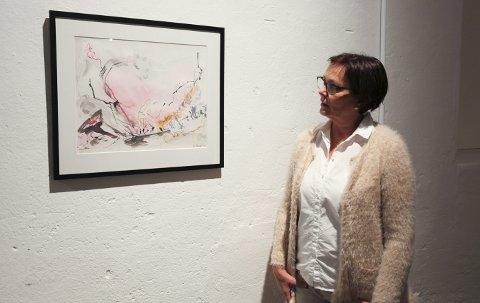 På veggen: Kari Elisabeth Haug stiller ut maleriet «Størst av alt er kjærligheten» på utstillingen Kunst rett Vest. Foto: Lena Malnes