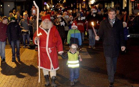 Tradisjonsrikt: Julenissen går alltid foran i toget fra Aagaards plass og ned til Torvet. Ordfører Bjørn Ole Gleditsch er i front også i år.