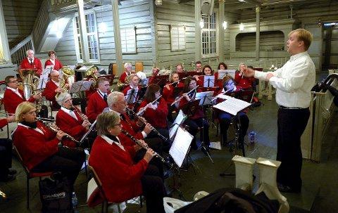 Holder tradisjonen: Dirigent Knut Erik Rusten og resten av musikantene under fjorårets adventskonsert i Sandar kirke. Foto: Olaf Akselsen