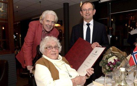 Mottok medalje: Berit Marianne Gabrielsen (93)  fikk Kongens fortjenestemedalje overrakt av fylkesmann Erlend Lae under en middag med venner. Til venstre Ragnar Aamodt som søkte  H.M. Kongen om tildeling.Begge foto: Olaf Akselsen