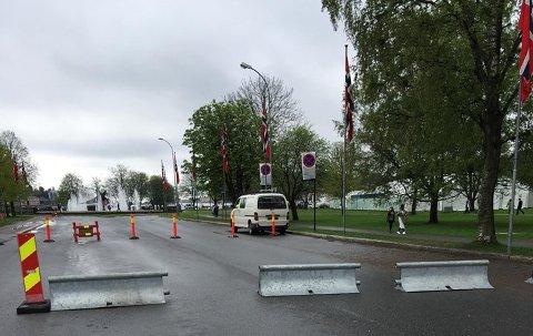 EKSTRA SIKKERHET: I Sandefjord var slike sperringer satt opp flere steder i byen 17. mai.