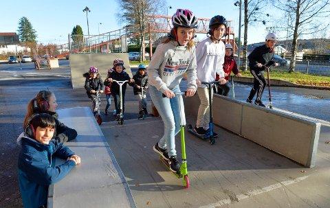 SLIPPER ØREKLOKKER: Endelig kan barna på Haukerød skole bruke den flotte skateparken igjen. Marie Ulsnæs og Håvard Hem fra elevrådet og resten av elevene fikk sitt ønske oppfylt.