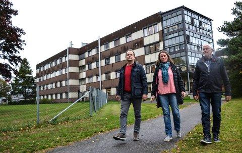 HER VIL DE BYGGE: Det er både plass til et nytt sykehjemsbygg og fornuftig å oppgradere det eksisterende Nygård bo- og behandlingssenter, mener Bjarne Sommerstad (t.v.), Laila Røsholt Rød og Jan Semb Døvle.