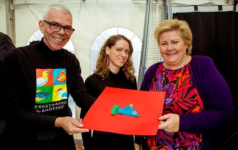 SØPPELKUNST: Kunstnerduoen Astor Andersen og Kari Prestgaard fikk onsdag denne uken besøk av Erna Solberg på workshopen sin. På bildet ser du statsministerens kunstverk