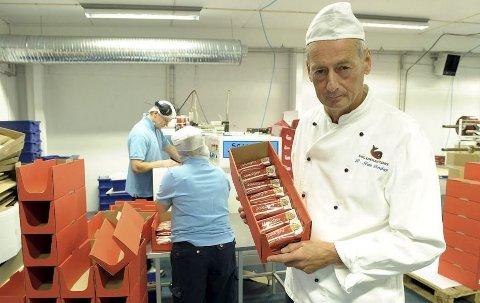 TUNGT UTEN SMÅGODT: Hval-sjef Rune Forsberg selger mye sjokolade i smågodthyllene. Det satt koronaviruset en stopper for.