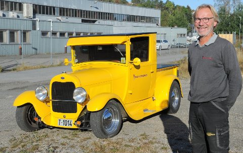 FET BIL: Torolf Stenersen trives godt bak rattet i denne tøffe gule amerikanske bilen.