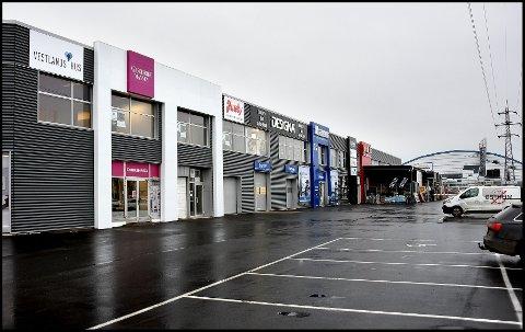 DIKEVEIEN: Med unntak av lokalene til Garderobemannen eier Trond Frigaard forretningsbygget like ved Østfoldhallen.   Eiendommen er nå lagt ut i markedet.