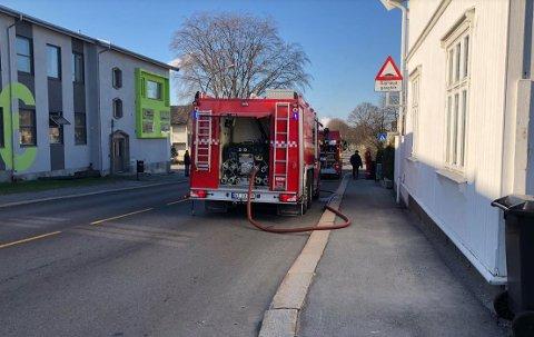 Brannvesenet var raskt på plass etter at det begynte å brenne i en grasje i Borghilds gate.