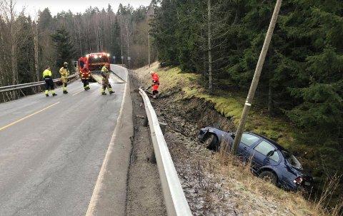 Alle nødetater rykket ut til stedet etter meldingen om utforkjøring på Trøskenveien.