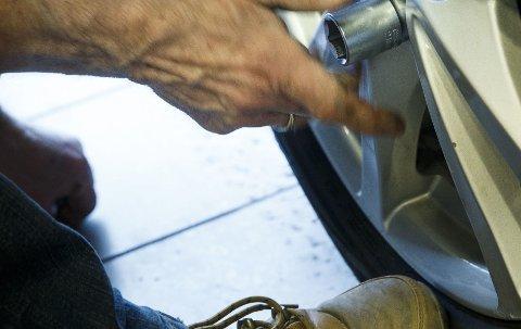 Hvert år opplever flere hundre bileiere å miste ett av hjulene på bilen sin. Som oftest skjer det kort tid etter dekkskift. Derfor er det utrolig viktig å etterstramme alle boltene etter at du har kjørt noen mil.