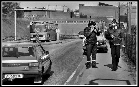 1984: På Hafslund-siden av Sarpsbrua. En gammel Datsun smyger seg mot byen, den har sikkert blitt blomsterjord for lenge siden. Mer dramatisk for 36 år siden, er jo at det går bevæpnet politi langs denne nå meget trafikkerte veien. Årsaken til det, er at det har vært et post/bankran i Halden. På den tiden, uten all verdens internett, var det da i alle fall lokale samband (de første mobile telefoner kom vel på slutten av 70-tallet). Politiet hadde jo sitt eget samband. Så her er Sarpsborg-politiet på plass for å stoppe eventuelle ranere på flukt. For undertegnede, og sikkert mange til, ser vi kjente Arne Belsby til venstre og Tonny Gerdrup. Godeste Belsby med sin US carabin på ryggen. Et halvautomatisk kortholdsvåpen, rekylfritt, kaliber 30, med 15 eller 30 skudd i magasinet. Beklager, men husker ikke hvordan det gikk med ranerne. Men en ting er sikkert: Bankran er det slutt med. Der er det ikke «pæng» lenger.