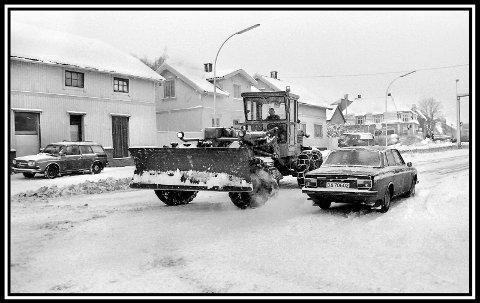 1977: Noen snørike vintere var det jo på 70-tallet. Bra med snø var det i alle fall i 1977. Bildet er fra sykehuskrysset, på Fritznerbakken-siden. Kommunen er ute med snøbrøyteredskaper, her en nå tilårskommen Caterpillar veiskrape. Ikke er det salt. Så snøen er ren og fin. Sarpsborg kommune sto jo for brøytingen selv på den tiden, med egne folk og maskiner. Har vel en feeling av at det var like bra, i forhold til i dag, hvor det meste er satt ut til private entreprenører. Ellers på bildet sees til venstre en VW 412 Variant. I dette huset var det butikk i mange år. Helt til høyre i bildet smyger en Volvo 144 (1973 mod.) forbi, og opp mot sykehuskrysset, som også da var lysregulert. Litt trist vil nok mange si: at alle trehusene på bildet, for lengst er borte. Som det store til høyre i bildet. Der var det «alltid», for undertegnede, en meget fin frukt og tobakk-butikk. Lokalpolitiker Stein Erik Westlie drev jo også her noen år.
