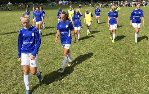 SKUFFET: Askim jenter 17 år er ute av Norway Cup etter å ha tapt 2–1 for Lyn. Her tusler Cornelia Fladberg (foran), Mia Huse og resten av Askim-laget skuffet av banen.