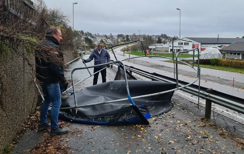Sist gang det blåste mye i Indre Østfold måtte disse to karene ta seg av denne trampolinen, som ble tatt av vinden.