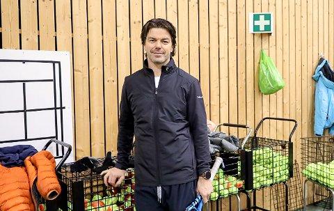 LEVER AV TENNIS: Andreas Hammer Haugteien har levd av tennisen siden 2002. Med Mysen Rackethall har han fått enda mer å gjøre gjennom sitt selskap Mysen Tennisakademi.