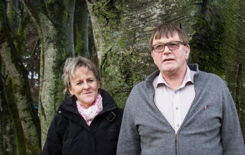Anne Marie Joa og Leiv Arild Lie forteller at det er lett å få underskrifter mot å skifte navn på Sola kirke