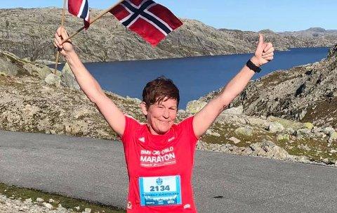 I MÅL: Svanhild Hjorteland Gbada har fullført 42,3 kilometer langs Blåsjø, og fått løpet godkjent som beste deltakar i sin klasse i Oslo Maraton.