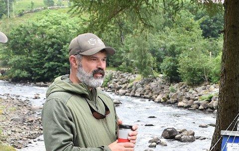 JEGER: Knut Ståle Eriksen leitar etter pukkellaks i elvane i Rogaland. Finn han hoer av denne arten, blir dei skotne med harpun.