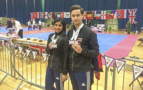 MØNSTERPAR: Joachim Wien med sin partner i mønster Nina Bansal som også er i verdenstoppen. De sanker inn topplasseringer i internasjonale stevner både i par -mønster og når de går individuelt-mønster i Taekwondo. Foto privat