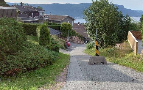 SPERRET: Nordre Brentås vei, som er en sløyfe, er ikke lovlig farbar med bil.