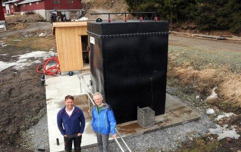 DEN FØRSTE REAKTOREN: Grisebonde Sondre Skoglund (til v) har vært pilot for det første anlegget i full skala, som professor Rune Bakke har jobbet med siden 1995. foto: stine solbakken