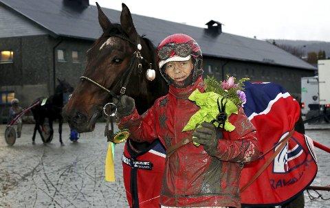 TREDJE STRAKE: Pleasetellmewhattodo imponerte stort til seier verdt 110 000 kroner på Bjerke lørdag, sammen med Alexander Heisholt. foto: arild Hansen