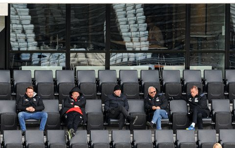 PÅ KAMP: Odd-trener Dag-Eilev Fagermo (nummer to fra venstre) så Odd 2 tape 0-4 for Nardo dagen etter det tunge tapet for Viking i Stavanger. Fagermo vil jobbe videre med det han tror på og føler seg trygg på at laget gradvis blir bedre. Onsdag venter Hei i cupen, før det er hjemmekamp mot Vålerenga søndag.FOTO: HANS EIVIND ØYGARDEN