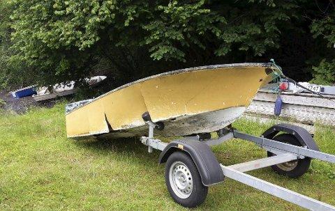 Mange: Da Naturvernforbundet skulle hente denne ødelagte plastjolla i Brevik før helga, fikk de tips om ytterligere tre båter. Foto: Privat