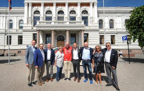 SAMMEN OM GJERPEN: Erik Næs, Ole Magnus Stensrød, Ragnar Pedersen, Åse Otterdahl Møller, Dag Gregoriussen, Emil Eriksrød, Kristian Norheim, Berit Borgersen, Yngvar Borgersen.