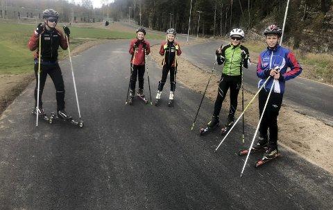 RULLESKILØYPE: Her er en gjeng med unge langrennsløpere som lørdag prøvde den nye rulleskiløypa på Heistad (f.v. Magnus, Linnea, Elise, Kasper og Kristoffer). FOTO: TERJE BAKKE