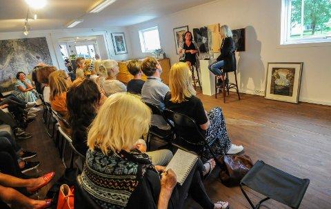 FOLKSOMT: Det var godt med folk til stede da Vibeke Hein Bæra og billedkunstner Tone Dietrichson samtalte i Galleri Osebro onsdag kveld.