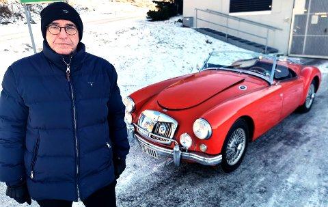 OPPGITT BILEIER: Harry Rønningen som eier MG-en i bakgrunnen, oppdaget i slutten av januar at noen hadde gjort hærverk på veteranbilen hans. En 28 år gammel grenlandsmann er nå siktet i saken.