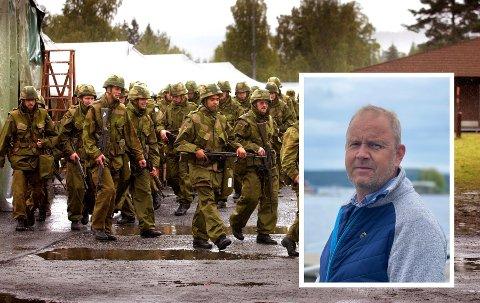 Ordfører Grunde Wegar Knudsen (innfelt) reagerer på at kommunen ikke har vært mer involvert i planleggingen av Heimevernsøvelsen. Bildet viser soldater fotografert ved en tidligere anledning, og brukes som illustrasjon.