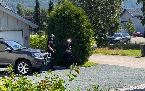 Cirka 200 meter unna den aktuelle gården holder politiet vakt. Foto: Jarle Pedersen